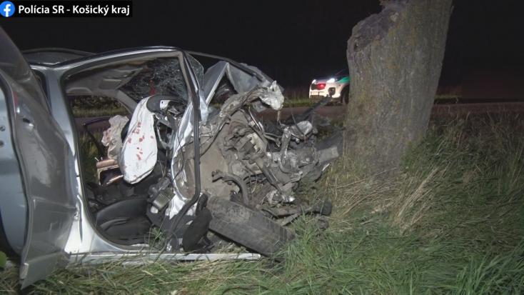 TRAGIKUS BALESET: Szörnyethalt a sofőr a fának csapódott kocsiban
