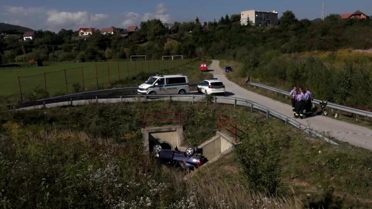 TRAGIKUS BALESET: Kanálisba zuhantak a fiatalok a kocsival, egyikük meghalt