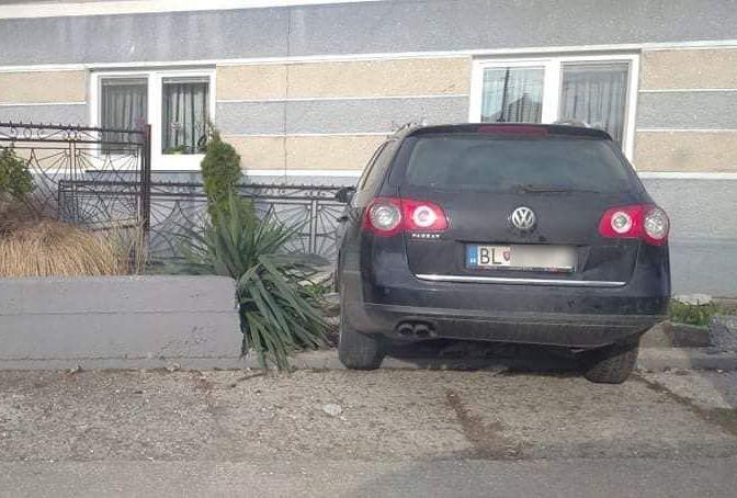 BALESET: Lerepült az útról egy autó a dunaszerdahelyi Reptér utcában