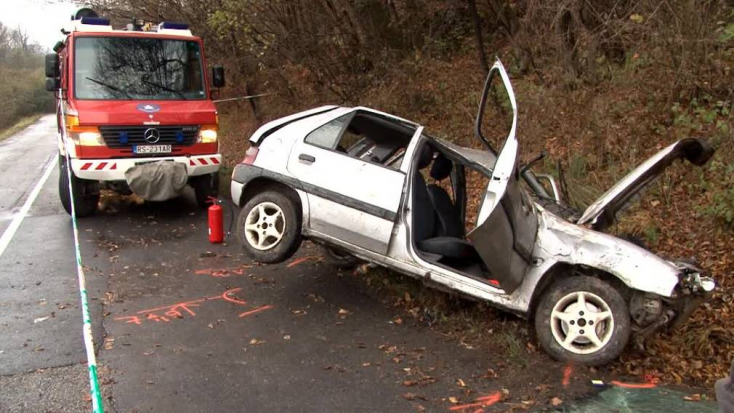 SÚLYOS BALESET: Kirepült a kocsiból a sofőr, 10 méterre találták meg