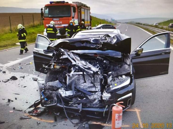 BALESET: Szétzúzta BMW-jét és egy furgont egy fiatal a D1-esen