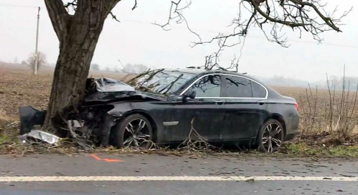 Fának csapódott egy BMW Alistál és Albár között!