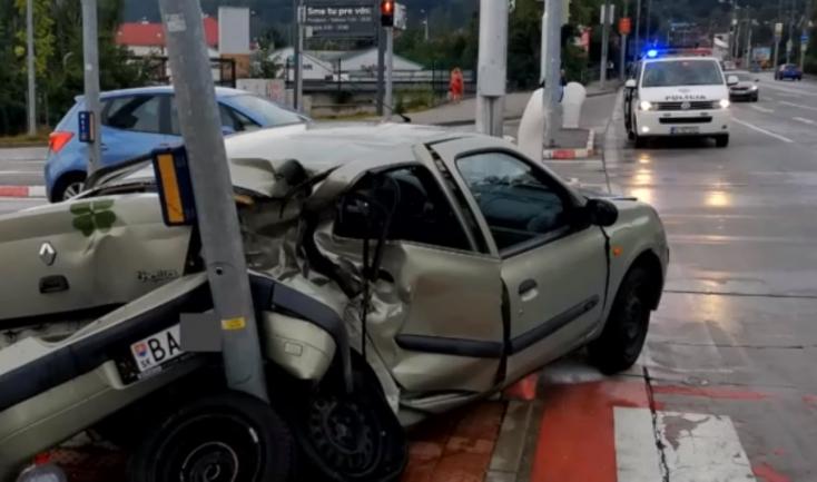Videón, ahogy a megcsúszó Renault frontálisan nekirohan a pozsonyi városi busznak