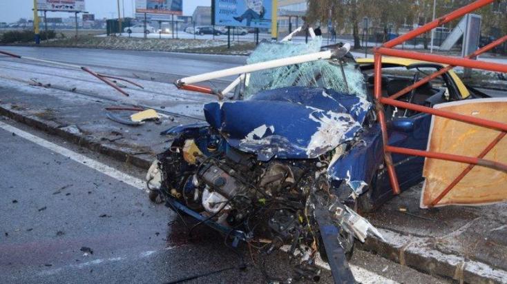 SÚLYOS BALESET: Megállót zúzott szét korán reggel egy megcsúszott autó
