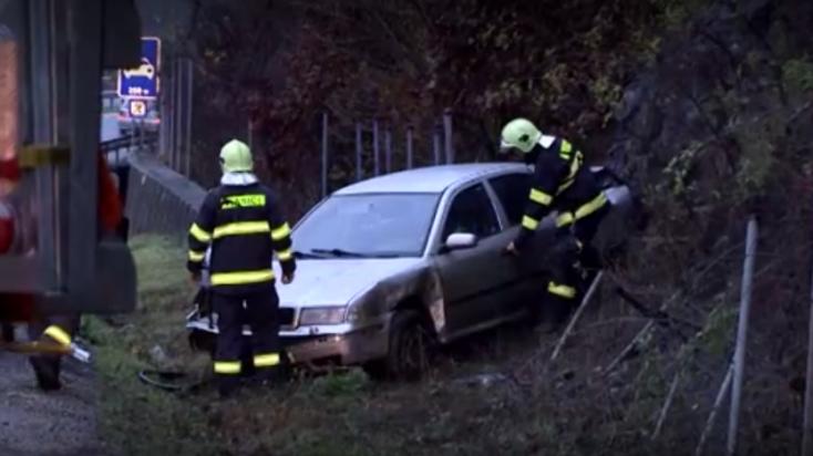 Lerepült az útról egy autó, terhes nőt kellett kórházba szállítani