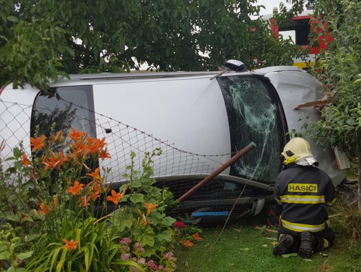 BALESET: Egy Renault repült be a kertbe a doborgazi halálkanyarban!
