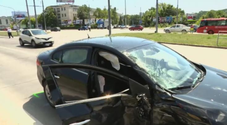 BALESET: Személyautó és autóbusz ütközött a forgalmas kereszteződésben
