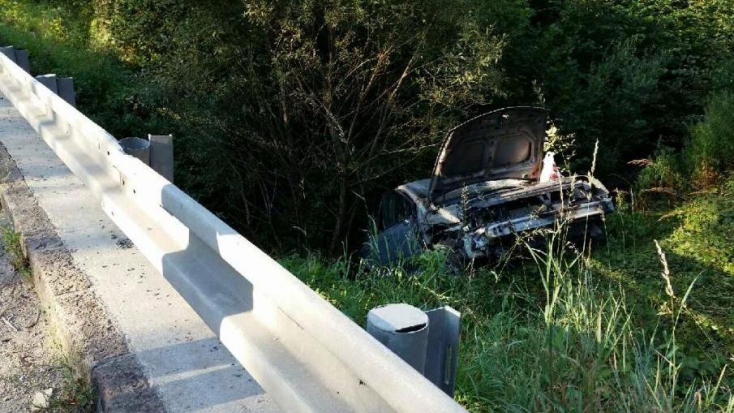 Holtrészegen letarolta az útjelzőtáblát, majd a bokrokban végezte autójával