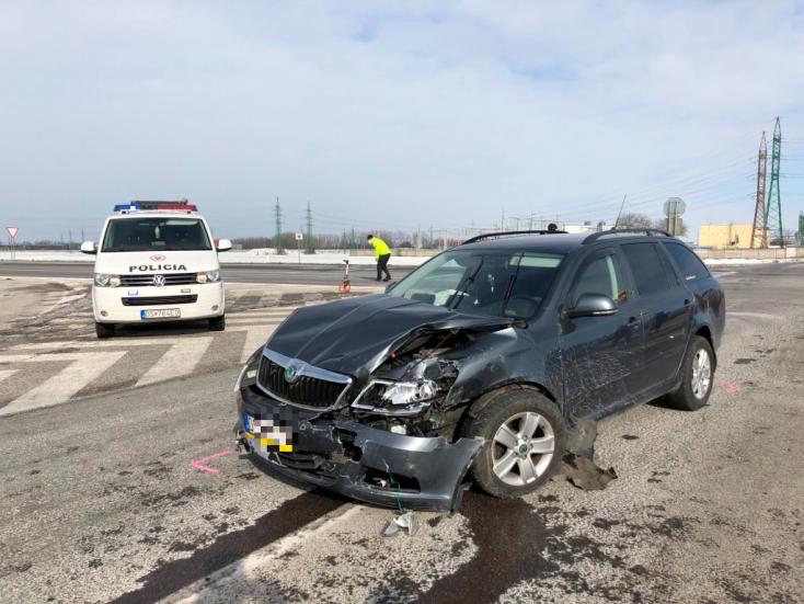 BALESET: Két személykocsi karambolozott Dunaszerdahely mellett a 63-ason
