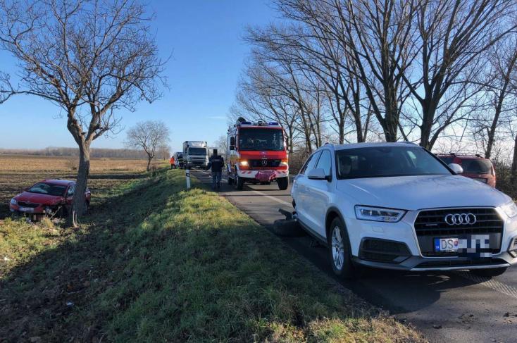 Lerepült az útról az Octavia, miután belehajtott az Audiba a 63-ason
