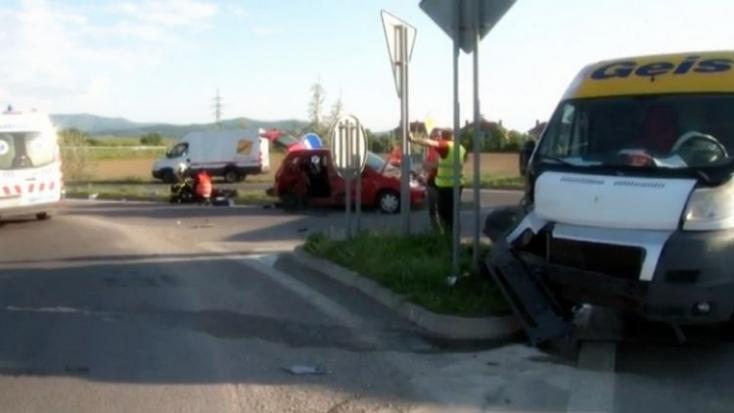 BALESET: Hatalmas sebességnél ütközött a furgon és a személyautó