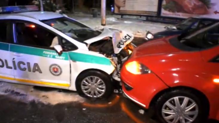 Piroson áthajtó rendőrautó ütközött két személyautóval