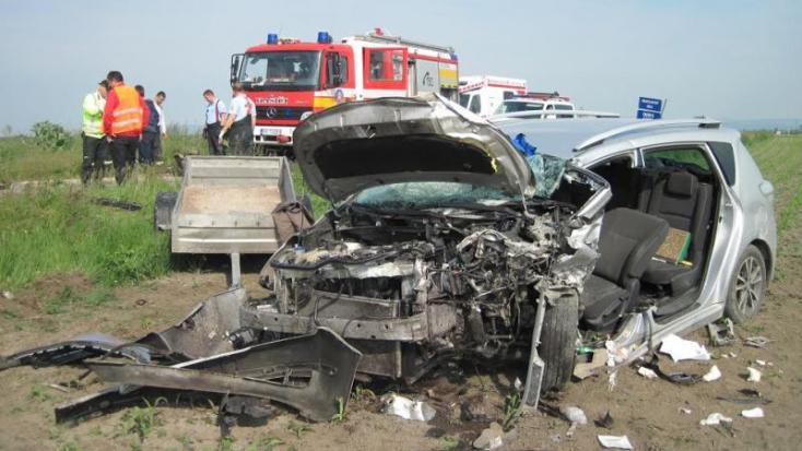 TRAGIKUS BALESET: Két autót akart előzni a Fabia, de szemből is jött egy