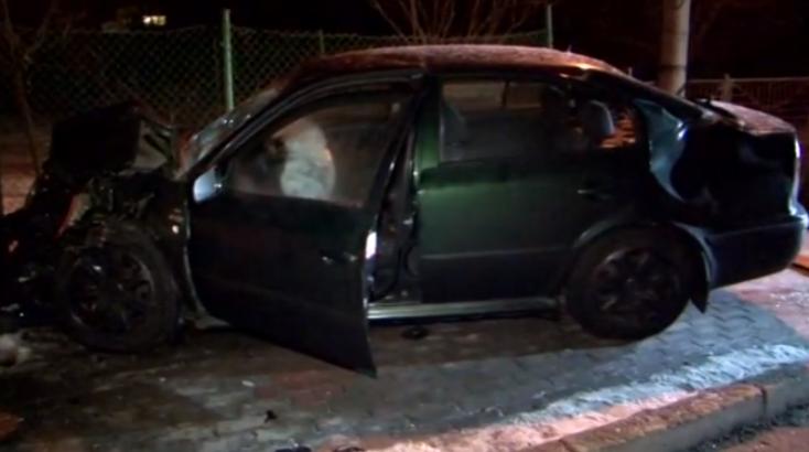 Parkoló autó és egy kerítés bánta a részeg fiatal sofőr manőverét