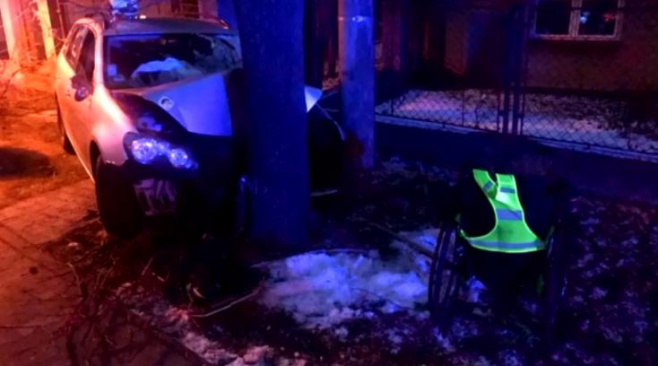 BALESET: Mozgáskorlátozott férfi zúzta szét az autóját egy fának ütközve