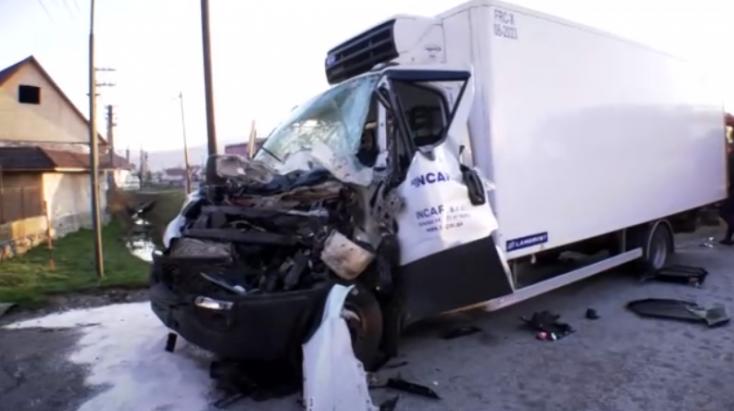 SÚLYOS BALESET: Hátulról belerohant a teherautóba, a tűzoltók vágták ki a roncsok közül
