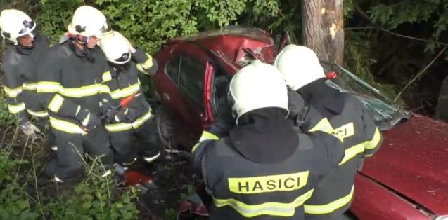 Fának csapódott a személyautó, a jogosítvány nélküli fiatal sofőr meghalt