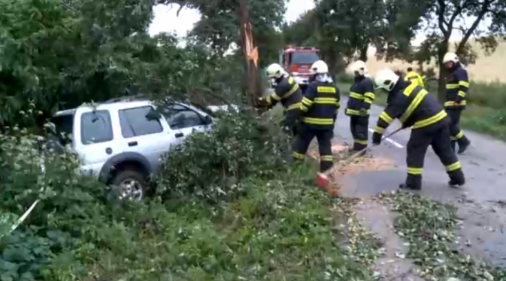 Súlyos baleset: Fának csapódott a terepjáró