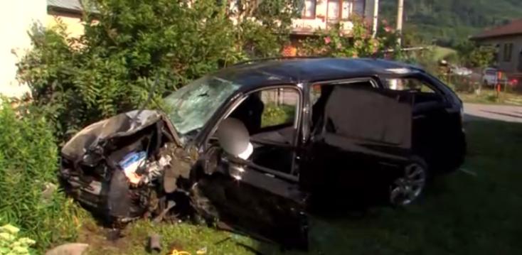 Családi háznak csapódott a személyautó, helikopterrel szállították kórházba a fiatal sofőrt