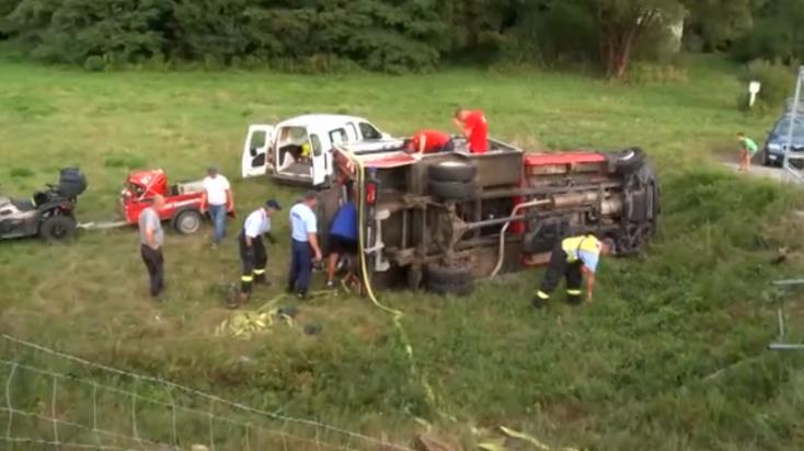 Bevetésre igyekvő tűzoltóautó ütközött egy furgonnal