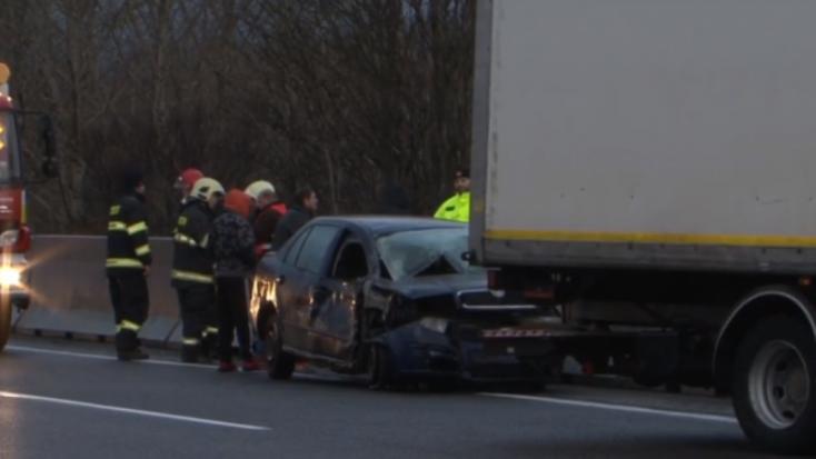 BALESET: Elaludt a Fabia sofőrje, a teherautó betonfalhoz préselte
