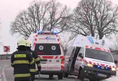 Mentőautó és személyautó ütközött, két terhes nő került kórházba