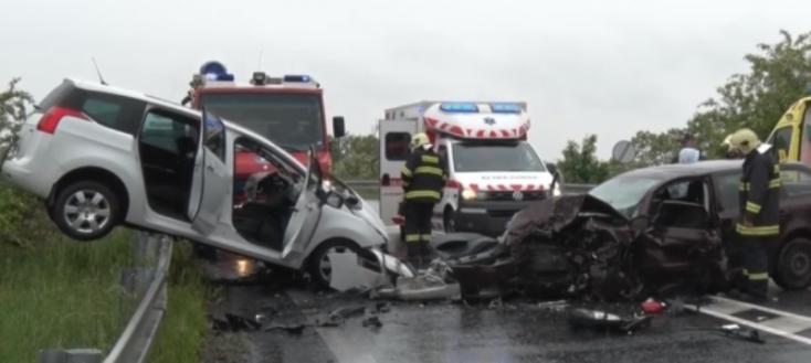 Súlyos baleset: négyen megsérültek a frontális ütközésben