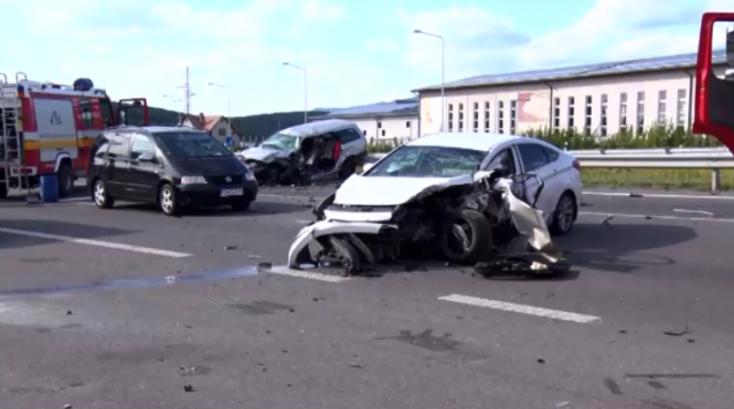 Frontális ütközés lett a tilosban előzésből – vétlen sofőr vesztette életét