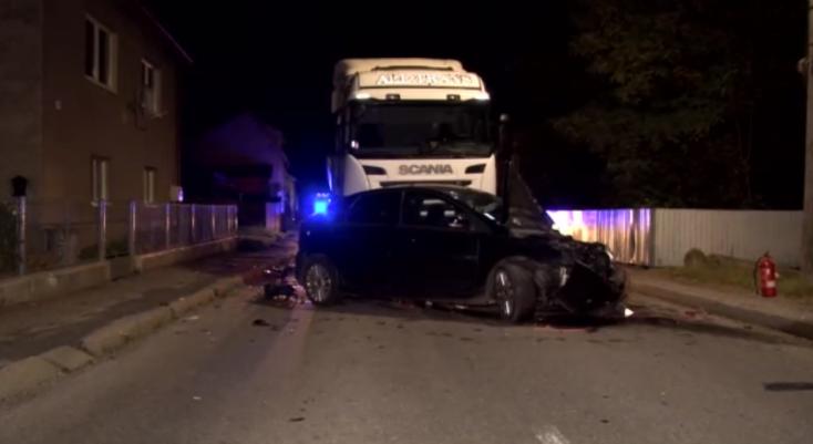 Súlyos baleset: az autókkal együtt két férfit is letaglózott egy kamion