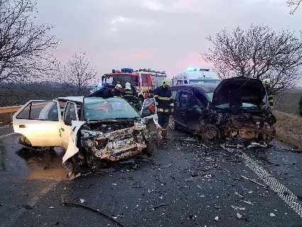 SÚLYOS BALESET: Egy személyautó és egy kisfurgon ütközött Gellénél a 63-ason