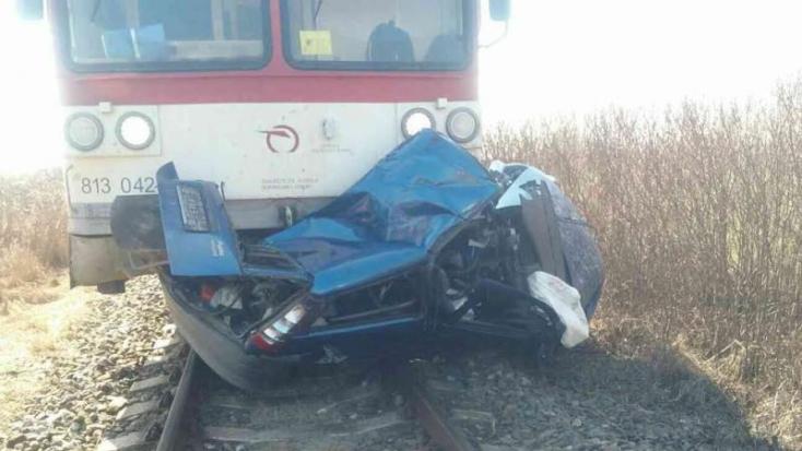 Fiat Punto hajtott ki a vonat elé, a sofőr szörnyethalt