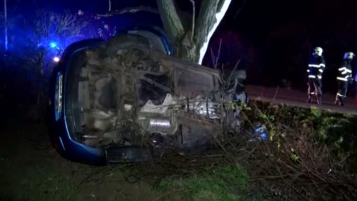 BALESET: Oszlopnak, majd fának ütközött – teljesen összeroncsolódott a személykocsi