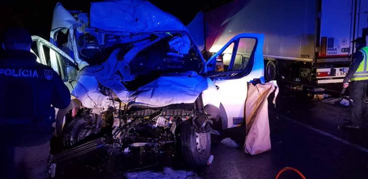 SÚLYOS BALESET: Kamion és furgon karambolozott, többen beszorultak!