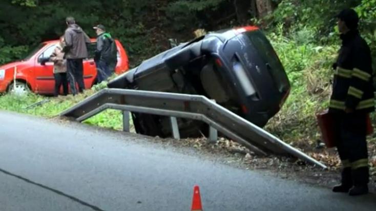 BALESET: Gyermekével a hátsó ülésen repült át autójával a szalagkorláton egy fiatal anyuka