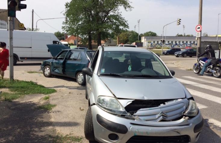 BALESET: Mellékútról hajtott a Škoda Felícia egy Citroen elé Dunaszerdahelyen