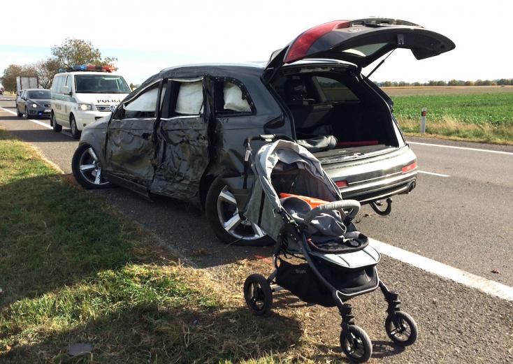 Három kiskorú gyermekkel az utastérben fának csapódott egy Q7-es a 63-as főúton, Egyházgellénél