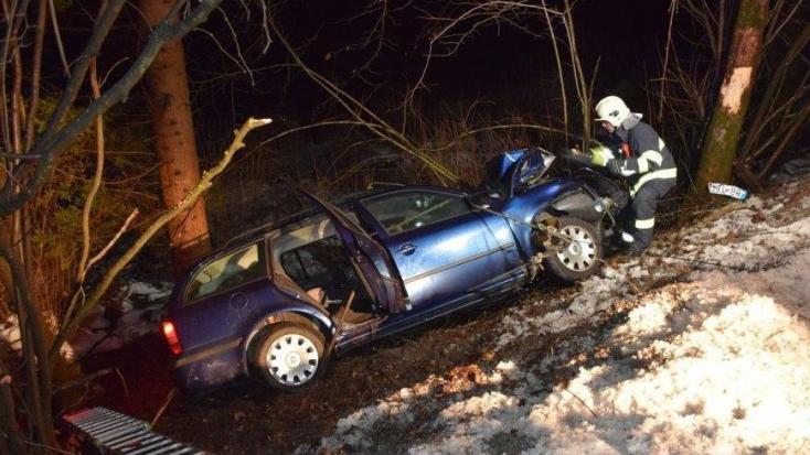 HALÁLOS BALESET: Fák közé csapódott autójával a lelkész