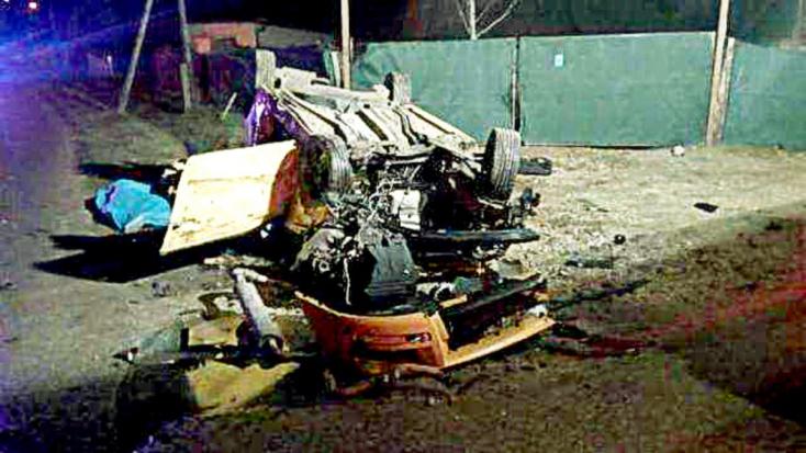 Öt fiatal ütközött egy kocsival a betonfalnak, egy 14 éves lány kirepült!