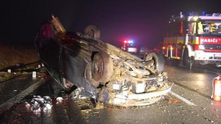 Fejre állt a kocsival, kirepült és meghalt a sofőr