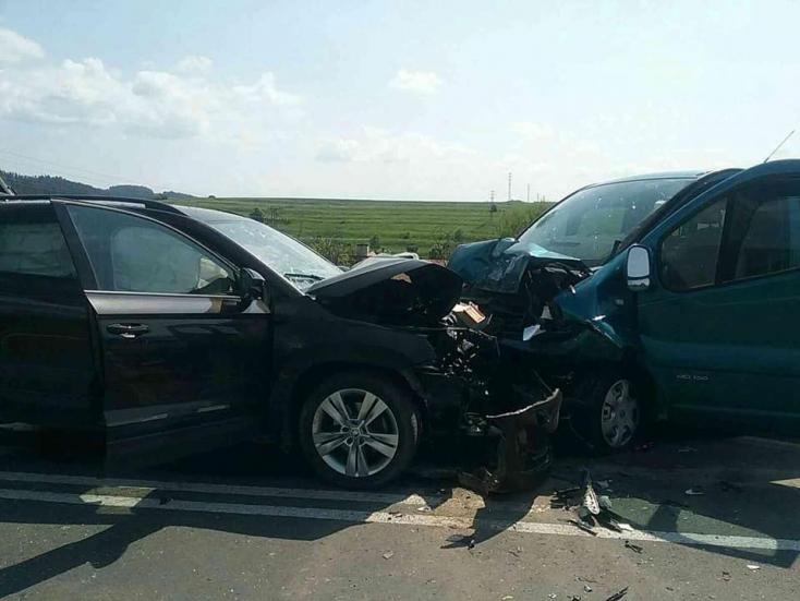 SÚLYOS BALESET: Frontálisan ütközött két autó – hét sérült, köztük három gyerek!