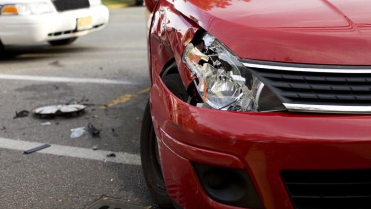BALESET: Reggel hatkor fának csapódott egy személykocsi a 63-ason!
