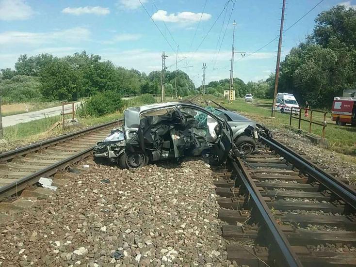 Gyorsvonattal ütközött egy személyautó, melynek utasai életüket vesztették