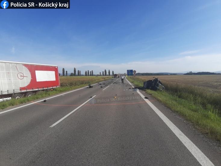 Kamion és személyautó ütközött, egy ember meghalt