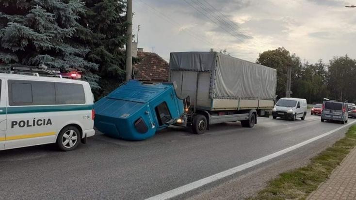 PECH: Lefejelte az úttestet a teherkocsi kabinja