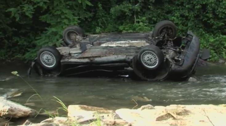 HALÁLOS BALESET: A híd korlátját áttörve a folyóba zuhant a 25 éves autós