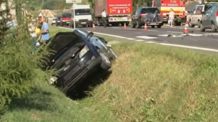Három gyereket gázolt el a személyautó, egyikük beszorult a jármű alá