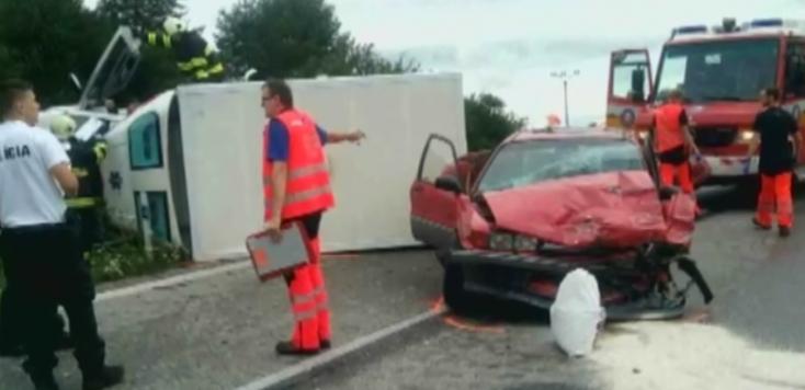 Oldalára borult a mentőautó, miután összeütközött egy személyautóval