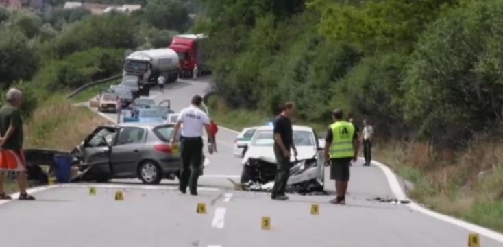 SÚLYOS BALESET: Kiszakadt az autó motorja a frontális ütközésben