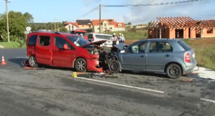 FRONTÁLIS ÜTKÖZÉS: A szemből érkező autó elé taszította a letérni készülő kocsit a fiatal sofőr