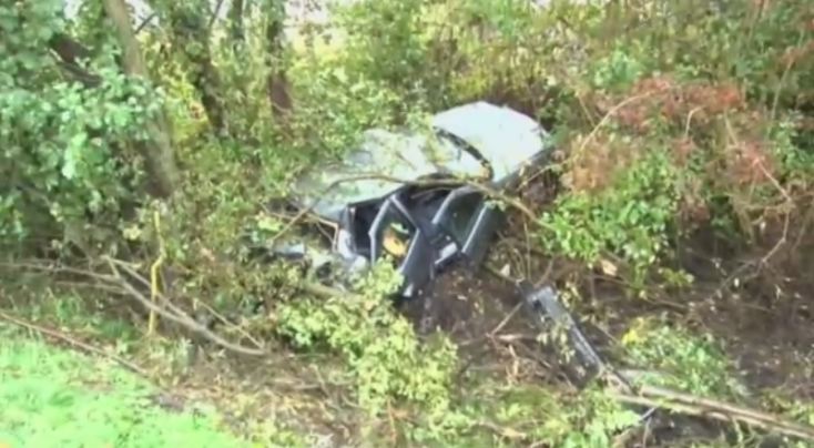 Megcsúszott a vizes úton, fák közé csapódott autójával a fiatal sofőr